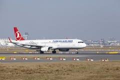 Frankfurt lotniska międzynarodowego †'Turkish Airlines Aerobus A321 bierze daleko Zdjęcie Stock