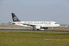 Frankfurt lotnisko - Aerobus A320-214 Austrian Airlines bierze daleko Zdjęcia Stock