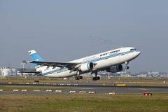 Frankfurt lotnisko - Aerobus A300 Kuwait Airways bierze daleko Fotografia Royalty Free