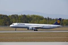 Frankfurt lotnisko międzynarodowe - Aerobus A321 Lufthansa ląduje Fotografia Royalty Free