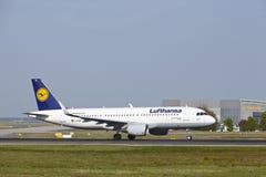 Frankfurt lotnisko międzynarodowe - Aerobus A320 Lufthansa bierze daleko Zdjęcia Royalty Free