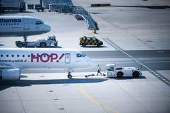 Frankfurt lotnisko, Niemcy, Kwiecie? 2019 Manipulacja z ogromnym samolotem Embraer 190 Airfrance Lufthansa Hebluje na tle zdjęcie royalty free
