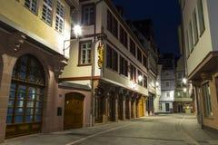 Frankfurt - Am - magistrala dziejowy centrum miasta Nowy stary miasteczko przy nocą obrazy stock
