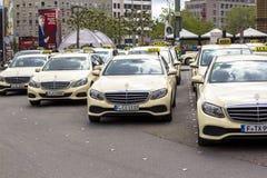 frankfurt magistrala Germany Hauptbahnhof, Kwiecień 28, 2019, taxi parking w Niemcy Frankfurt taxi są przeważnie Mercedez obraz stock