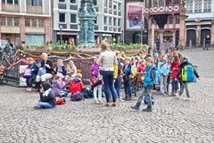 Frankfurt - Am - magistrala Historyczny centre Dzieci na squar Obrazy Stock