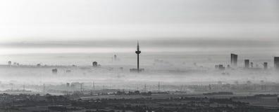 Frankfurt - Am - magistrala w ranek mgle obrazy stock