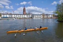 Frankfurt-am-Main - barco de rowing en el río Imagenes de archivo