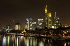 Frankfurt-am-Main bij nacht Stock Afbeeldingen