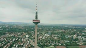 FRANKFURT AM MAIN, DEUTSCHLAND - 29. APRIL 2019 Luftschuß von Europaturm, hohe Telekommunikation ragen hoch stockbild