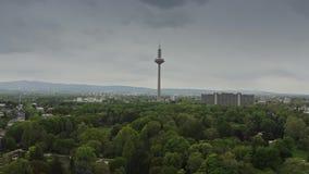 FRANKFURT AM MAIN, DEUTSCHLAND - 29. APRIL 2019 Vogelperspektive von Europaturm, Telekommunikation ragen hoch lizenzfreie stockbilder