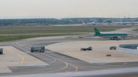 Frankfurt am Main, Deutschland - 3. September 2017: Mit einem Taxi fahren-heraus des Flugzeugs auf Start am Flughafen stock video footage