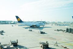 Frankfurt-am-Main, Duitsland - Oktober 11, 2015: luchtvaart en vervoer Lufthansa-luchtbus, straallijnvliegtuig, vliegtuigen of gr stock fotografie