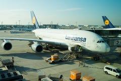 Frankfurt-am-Main, Duitsland - Oktober 11, 2015: Lufthansa-luchtbus, straallijnvliegtuig, vliegtuigen of groot passagiersvliegtui royalty-vrije stock foto