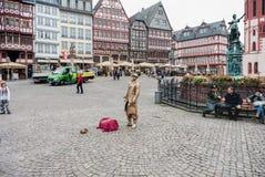 FRANKFURT-AM-MAIN, DUITSLAND - OKTOBER 25, 2012: Oude de Stadsarchitectuur van Frankfurt-am-Main met Straatkunstenaar Stock Foto's