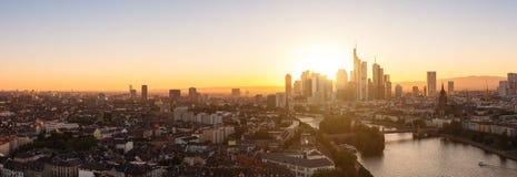 Frankfurt-am-Main en el panorama de la puesta del sol Imágenes de archivo libres de regalías