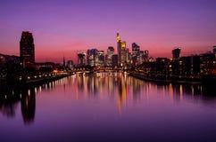 Frankfurt-am-Main en la puesta del sol Imágenes de archivo libres de regalías