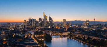 Frankfurt-am-Main, horizonte durante la hora azul crepuscular Imagen de archivo