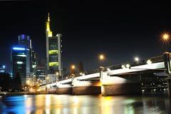 Frankfurt modern stad vid natt Arkivbild