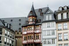 FRANKFURT NIEMCY, CZERWIEC, - 4, 2017: Tradycyjna niemiec dekorował domy przy Frankfurt Starym rynkiem Fotografia Royalty Free