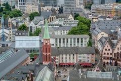FRANKFURT NIEMCY, CZERWIEC, - 4, 2017: Widok z lotu ptaka centrum Frankfurt magistrala, nowożytnego ald starzy tradycyjni budynki Obrazy Stock