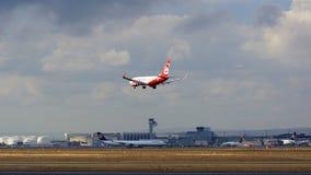 FRANKFURT NIEMCY, FEB, - 28th, 2015: Boeing 737 Następny Gen D-ABLD zbliża się pas startowego przy Air Berlin - MSN 36117 - Obraz Royalty Free