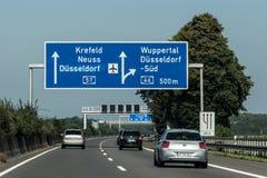 Frankfurt, Niemcy 29 09 2017 - Niemieckiego autostrady autobahn błękitny drogowy znak prowadzi lotniskowy Duesseldorf zdjęcie royalty free