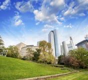 Frankfurt, Niemcy. Piękny park z nowożytną miasto linią horyzontu na a Zdjęcie Stock