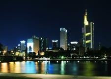 Frankfurt-på-Huvudsakligt i natt Arkivfoto