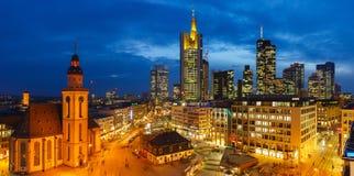 Frankfurt på natten Arkivfoto