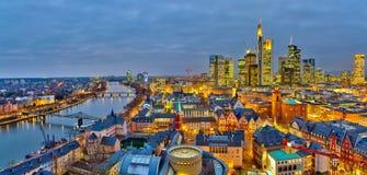 Frankfurt på natten arkivfoton