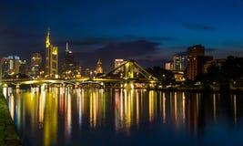 Frankfurt på nattreflexioner på den huvudsakliga floden Royaltyfri Foto