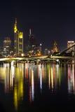 Frankfurt på nattreflexioner på den huvudsakliga floden Royaltyfri Bild