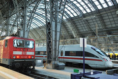 frankfurt platform staci pociągu pociągi fotografia royalty free