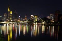 Frankfurt przy nocy odbiciami na Głównej rzece Fotografia Royalty Free