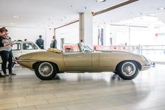 FRANKFURT - SEPT. 2015: Jaguar-e-Type cabrio 1963 voorgesteld bij IAA Stock Afbeeldingen