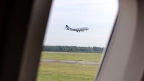 FRANKFURT - SEPTEMBER 2014: sikt ut ur ett flygplan, plan landning Arkivbild