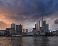 Frankfurt-Skyline an der Dämmerung Lizenzfreies Stockbild