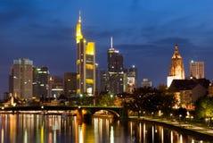 Frankfurt-Skyline an der Dämmerung Lizenzfreie Stockfotos