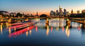 Frankfurt-Skyline nachts Stockbild