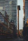 Frankfurt-Straßen und -wolkenkratzer stockbild