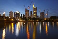 Frankfurt - Torens van de bedrijven van de biggesbank bij de avond Royalty-vrije Stock Afbeelding