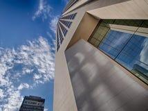 Frankfurt Tyskland - Augusti 16: Bred vinkelsikt på Opernturmen med BHF-banken i bakgrund på Augusti 16, 2014 in arkivbild