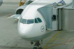 Frankfurt Tyskland - Augusti 8, 2005: Lufthansa flygbuss 340-600 på royaltyfria foton