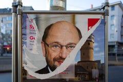 Frankfurt Tyskland - Februari 13: Sönderriven affisch av SPD-politikern Martin Schulz på Februari 13, 2018 i Frankfurt Arkivbilder