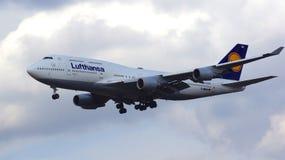 FRANKFURT TYSKLAND - FEBRUARI 28th, 2015: Lufthansa Boeing 747 - MSN 26427 - D-ABVN som namnges Dortmund landning på Frankfurt Arkivfoto