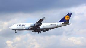 FRANKFURT TYSKLAND - FEBRUARI 28th, 2015: Lufthansa Boeing 747 - MSN 26427 - D-ABVN som namnges Dortmund landning på Frankfurt Arkivbild
