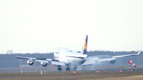 FRANKFURT TYSKLAND - FEBRUARI 28th, 2015: Lufthansa Boeing 747 - MSN 26427 - D-ABVN som namnges Dortmund landning på Frankfurt Arkivfoton