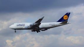 FRANKFURT TYSKLAND - FEBRUARI 28th, 2015: Lufthansa Boeing 747 - MSN 26427 - D-ABVN som namnges Dortmund landning på Frankfurt Royaltyfri Fotografi