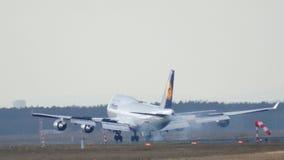FRANKFURT TYSKLAND - FEBRUARI 28th, 2015: Lufthansa Boeing 747 - MSN 26427 - D-ABVN som namnges Dortmund landning på Frankfurt Royaltyfria Bilder