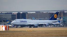 FRANKFURT TYSKLAND - FEBRUARI 28th, 2015: Lufthansa Boeing 747 - MSN 28285 - D-ABVR som namnges Cologne som går att ta av på Arkivbild